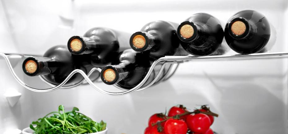 Бутылки красного вина в холодильнике